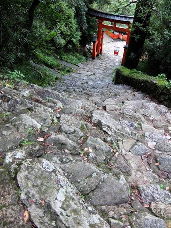 ゴトビキ岩への石段と鳥居