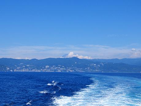 初島へ向かう船から見た富士山