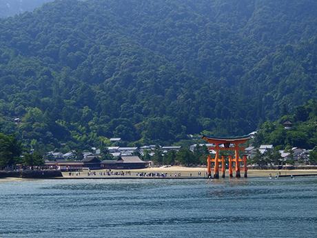 フェリーから見た厳島神社の大鳥居