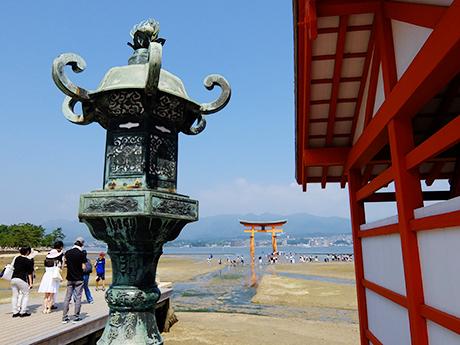 厳島神社の灯籠と大鳥居