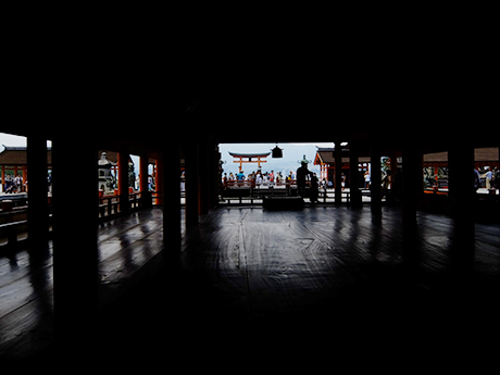 厳島神社の本殿より大鳥居を見る