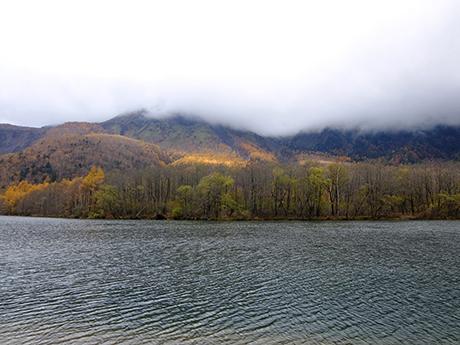 大正池と雲に隠れた焼岳