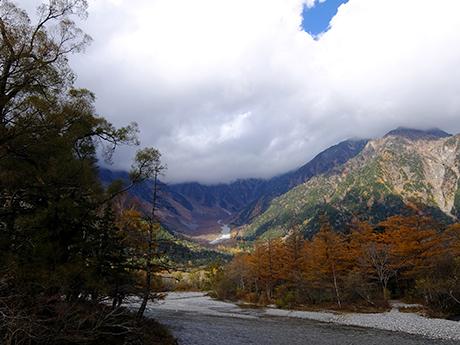 河童橋付近から岳沢を見る
