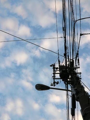 電信柱とひつじ雲