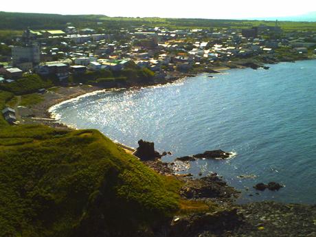 ペシ岬から鴛泊の町を見る