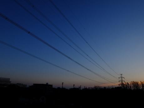早朝の送電線と鉄塔