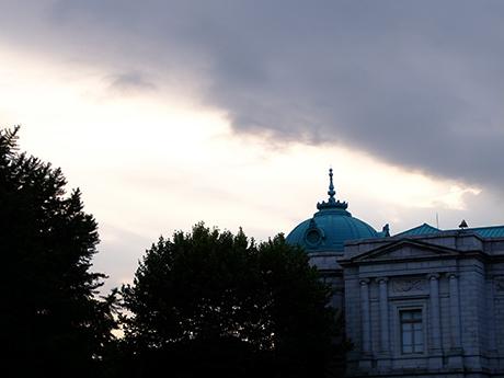 表敬館と夕空