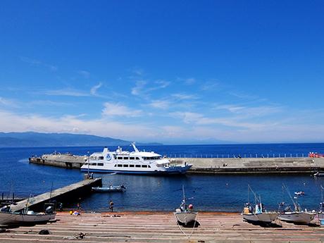 初島港と船