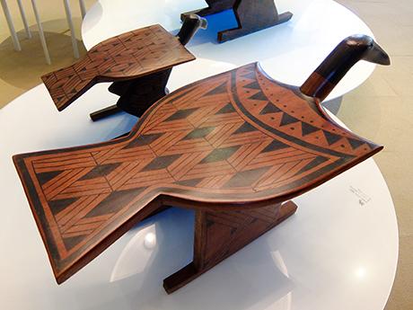 ズグロハゲコウとコンドルの椅子